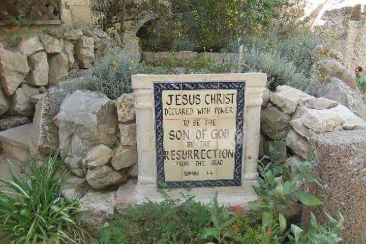 Lapida que recibe a los visitantes de la Tumba del Jardín. Foto: TripAdvisor.
