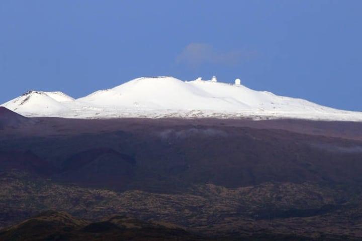 Mauna Kea nevado (hasta los observatorios están congelados). Foto: HTH.