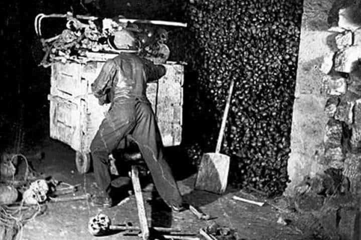 Minero llevando cadáveres a las profundidades. Foto: Taringa!