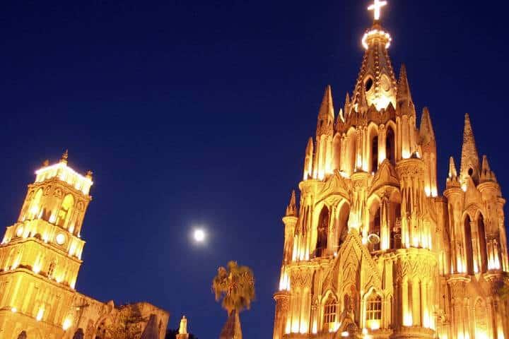 Así se ve la Parroquia en las noches. Foto: Guanajuato, México.