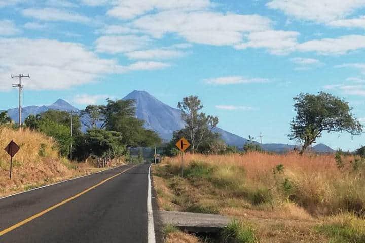 Suchitlán y su volcán - Foto Luis Juárez J.