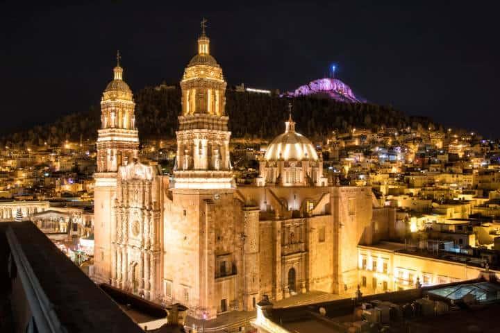 La catedral de Zacatecas iluminada de noche. Foto: Shutterstock