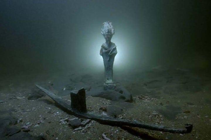 Escultura hundida en la Cascada Godafoss en Islandia Foto: Origins