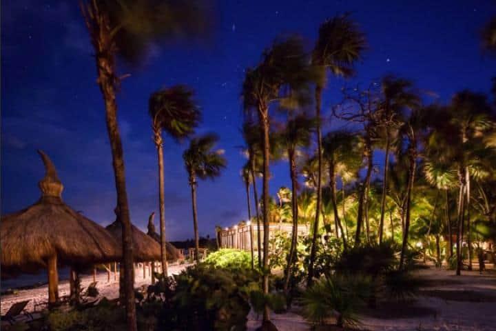 Alumbrado de la playa de noche. Foto: Jashita Hotel