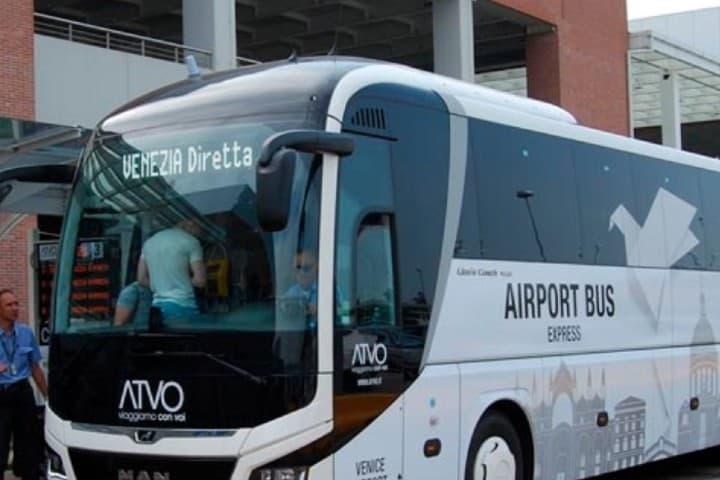 Camion-de-aeropuerto-a-Puerto-de-Venecia-Foto_-viajar-Venecia