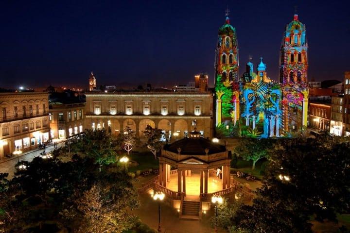 Catedral de San Luis Potosí iluminada de muchos colores ¡Maravilloso! Foto: Guía de México.