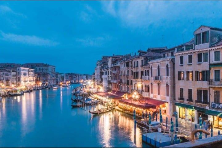 Ciudad de Venecia Foto: Con la mochila al hombro
