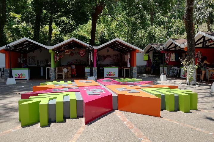 Comercios de artesanías coloridos gracias a Comex. Foto: El Souvenir.