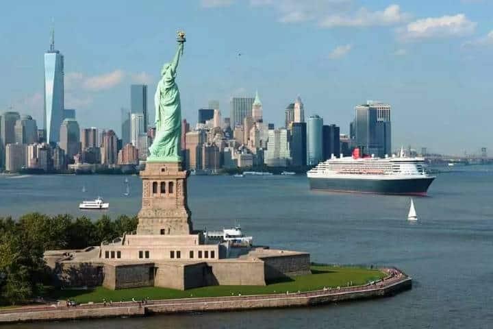 ¡Qué buena foto! La Estatua de la Libertad y de fondo un gran crucero. Foto: City Travel NYC