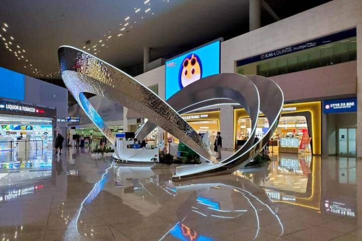 ¿Qué te parecen estas decoraciones con paneles en los aeropuertos? Foto: Miles to Gain Now
