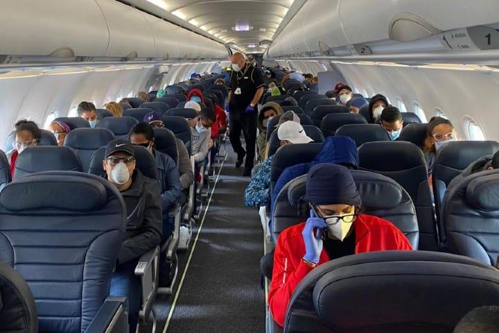 Es importante guardar distancia en los vuelos para disminuir el contacto Foto Archivo
