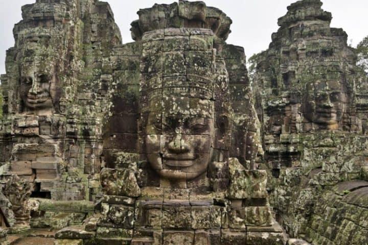 Esculturas que te dan la bienvenida a Ankgnor Wat. Foto: Far East Tour.