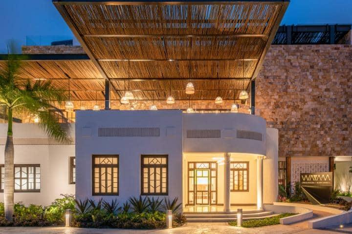 Al caer la noche, este es el aspecto de este eco-hotel. Foto: Wayam Mundo Imperial.