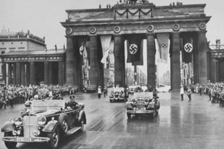 Hitler pasando por esta maravillosa puerta. Foto: Holocaust Encyclopedia.