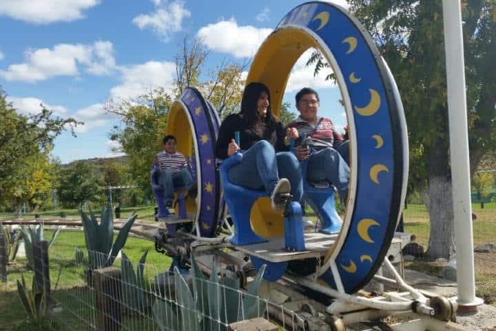 Juego mecánico dentro del parque Foto: Parque Bicentenario Querétaro | Facebook
