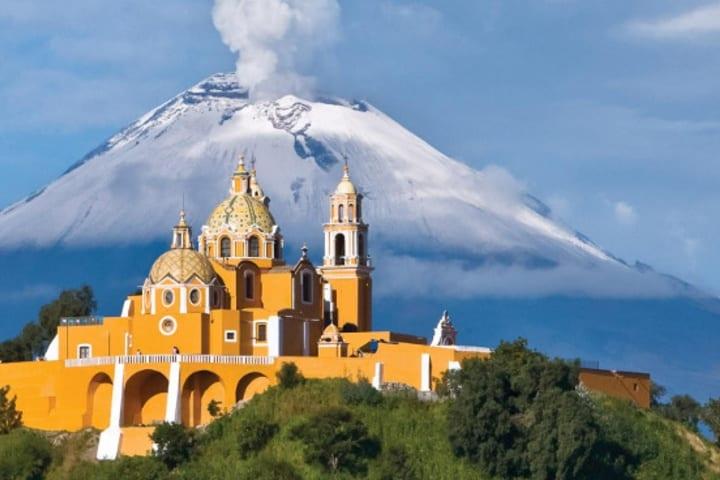 La iglesia encima de la pirámide de Cholula. Foto: La Brújula Verde.