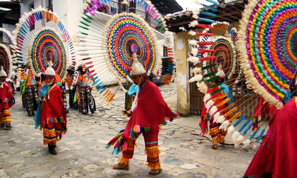 La vestimenta característica de los danzantes. Foto: Cuetzalan Mágico.