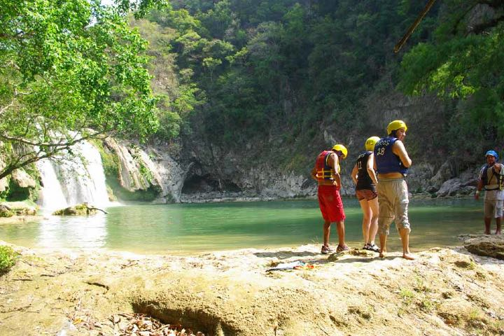 Las cascadas se dejan disfrutar por todos los aventureros en busca de experiencias únicas Foto: Noémie & Heenal