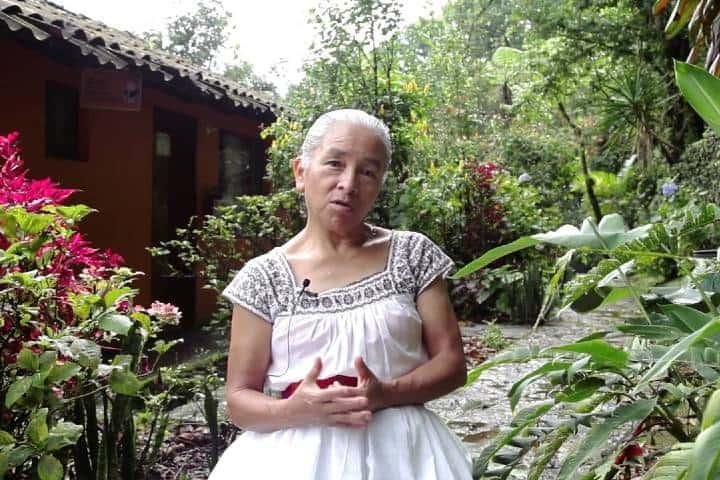 Mujer náhuatl trabajadora del hotel dando una entrevista Foto: Hotel Taselotzin | Facebook