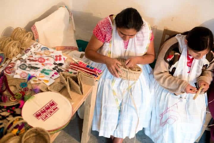 Mujeres hilando artesanías Foto Hotel Taselotzin | Facebook