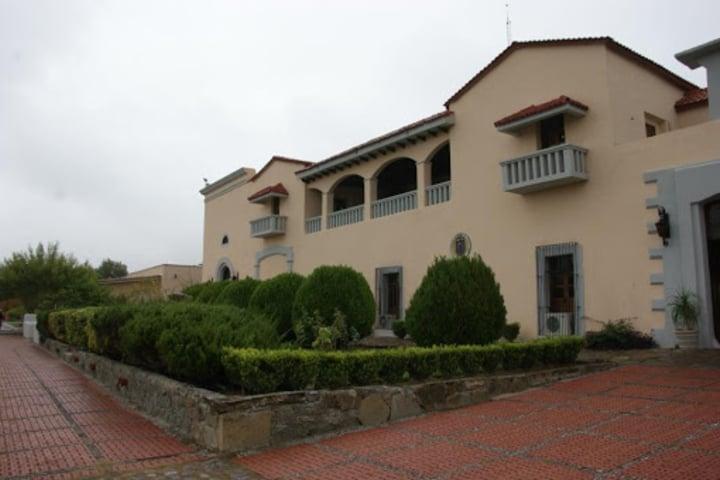 Otro-punto-de-vista-de-la-fachada-de-la-Ex-Hacienda-de-Guadalupe.-Foto_-Archivo-Historico-de-Linares.