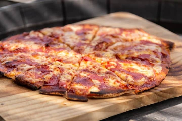 Para acompañar tu copa de vino ¡Una deliciosa pizza! Foto: Cava 57   Facebook