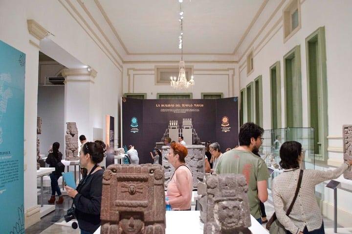 Personas disfrutando de las exposiciones Foto: INAH