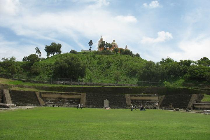 Pirámide de Cholula debajo del verdoso panorama. Foto: Mdnicholson42.