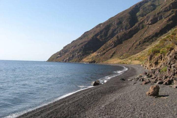 Playa de arena negra de Stromboli Foto: visit Italy