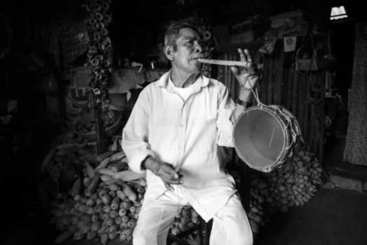 Poblano tocando el tambor para la Danza de los Quetzales. Foto: City Express.