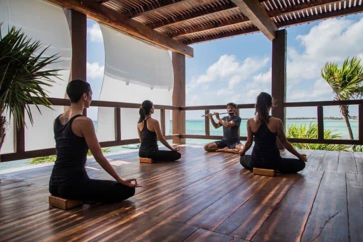 Practica yoga durante tu estancia Foto: Archivo