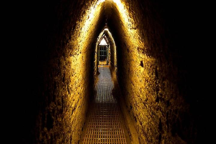 Son 280 metros de túneles iluminados para el público en Pirámide de Cholula, Puebla. Foto: Victor Manuel Gómez G.