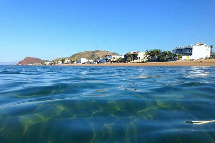 Sumérgete en las aguas de Bahía de Kino Foto: Visitando Sonora | Facebook