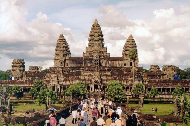 Visitantes entrando a Angkor Wat. Foto: Wikipedia.