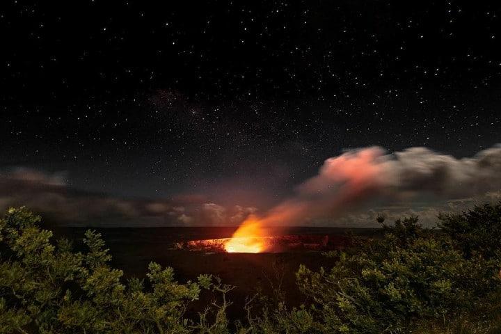 Volcán Kilauea de noche Foto tamara_poppy_mitchell | instagram