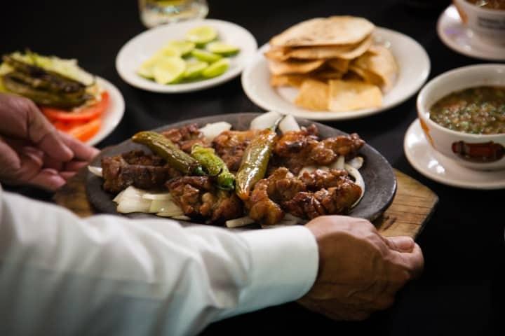 Disfruta de una carne asada Foto: El Rey del Cabrito
