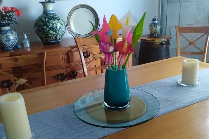 Florero de barro con flores artesanales Foto: Taller García