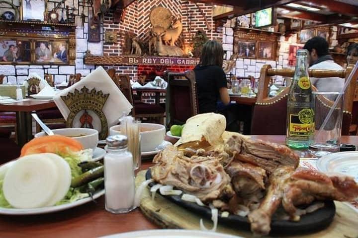 Si tu hambre es ligera pide medio cabrito Foto: El Rey del Cabrito