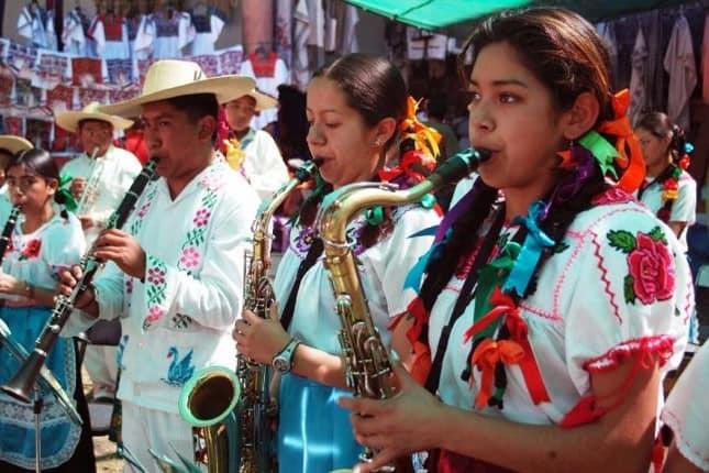 Hombres y mujeres pueden interpretar la Pirekua, canto tradicional de los p'urhépechas. Foto: Archivo