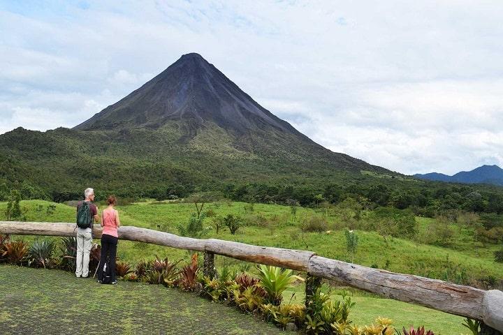 Si el volcán no despierta, bien puedes relajarte en el paraíso natural que ofrece. Foto: Arenal 1968