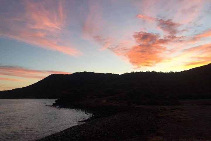 Amanecer en la Bahia de Loreto desde la playa de Juncalito. Foto: sean.gina.adventures | Instagram