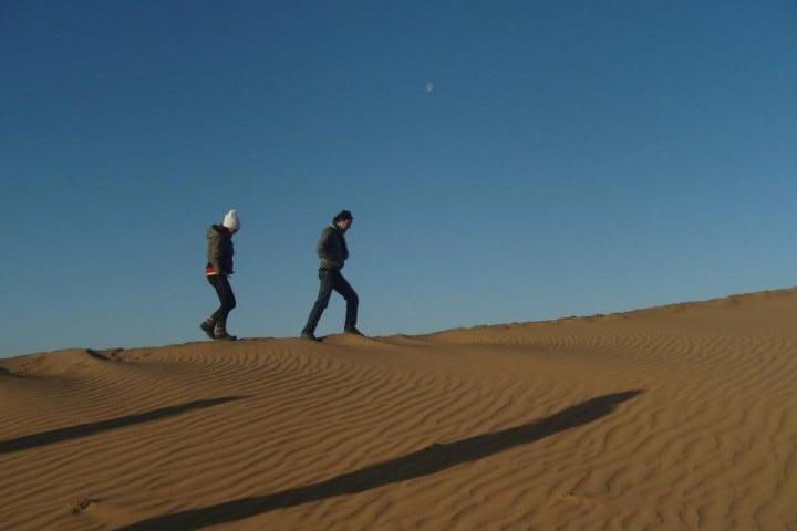 Amigos caminando por el desierto Foto: saliershistoria