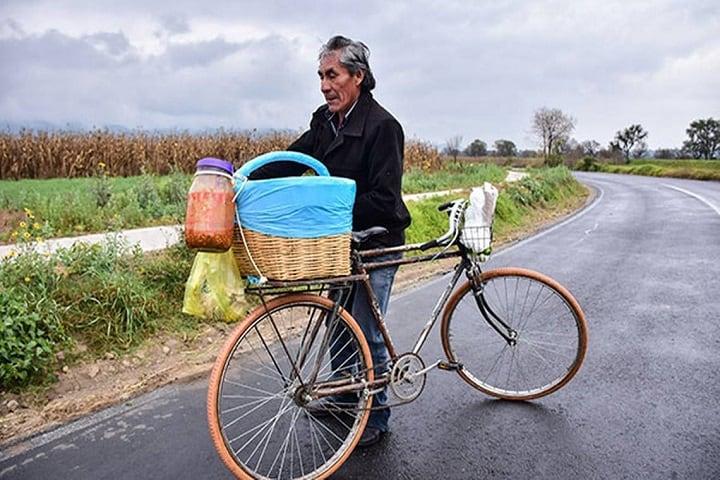 Bicicletero con sus tacos de canasta, de ellos se habla  en Las crónicas del taco, una docu-serie de Netflix. Foto: El Sol de Tlaxcala
