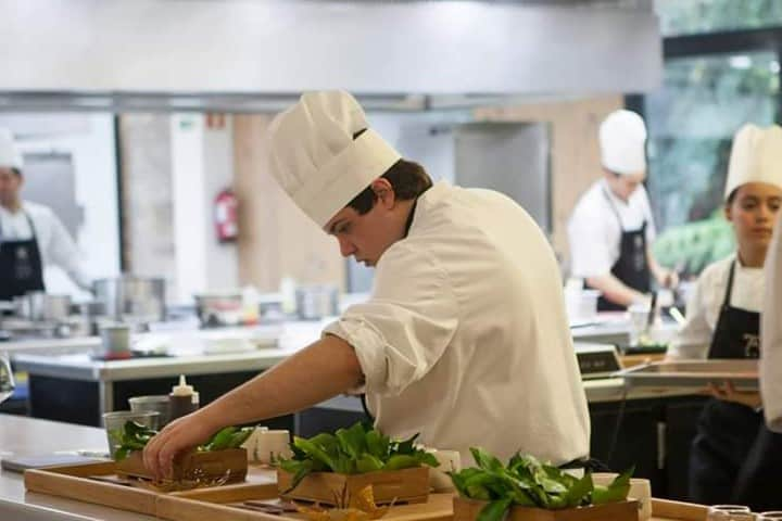 El laborioso trabajo de la cocina Foto: Azurmendi | Facebook