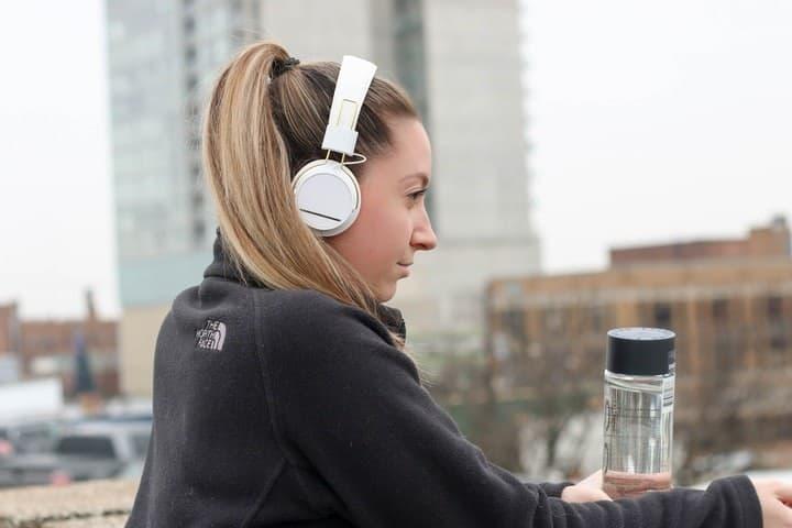 Como entrenar tus cinco sentidos al viajar. Escuchando música. Imagen. Element5 Digital