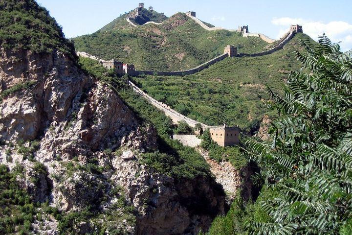 Los constructores de la Muralla China aprovecharon los acantilados para construir sobre ellos. Foto: Glenn Strong