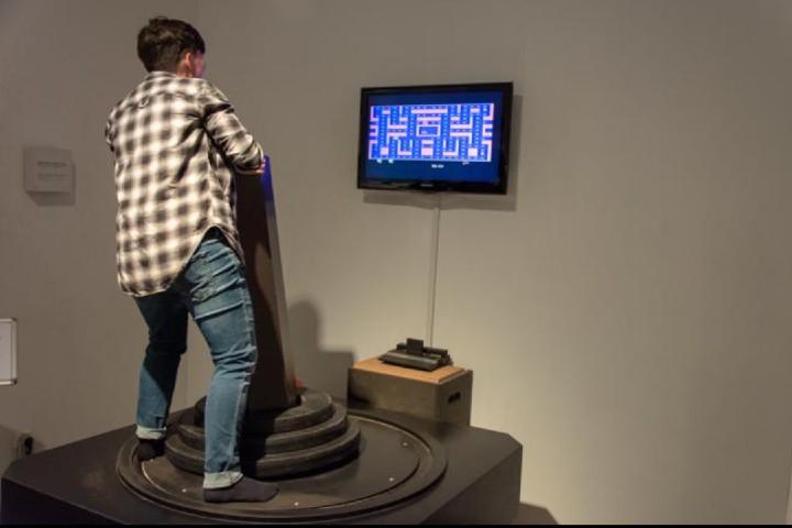 Diviertete con el control de mando gigante para pac-man en el Museo Computerspiele Foto: Ramón Peco