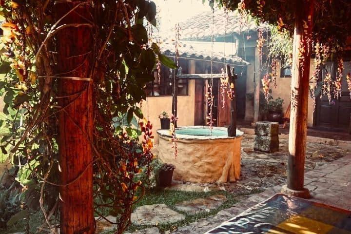 El patio trasero del hostal te transporta a las épocas de su creación. Foto: steven_rasta