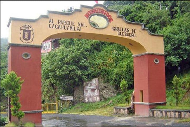 Sabrás que llegaste cuando encuentres este arco después de Ixtapan de la Sal. Foto: Mediateca Guerrero