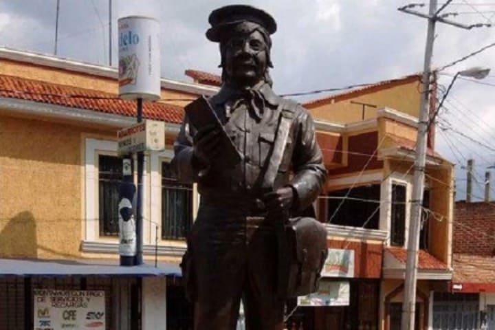 Estatua de Jaimito el Cartero en Tangamandapio Foto: Archivo